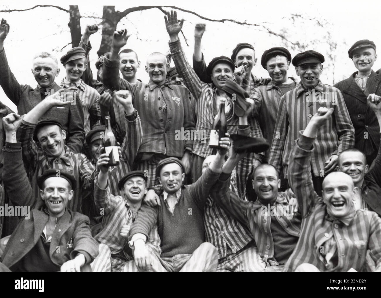 Prisioneros de Dachau celebrar la liberación del Campo de Concentración Nazi cerca de Munich, en abril Imagen De Stock