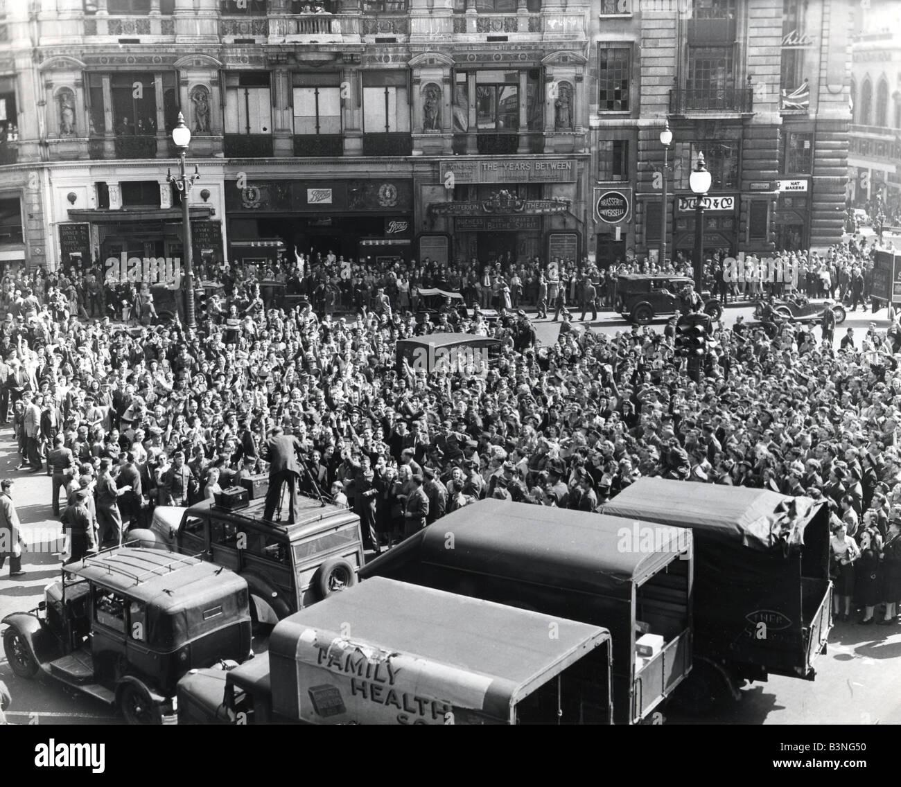 VJ el día 15 de agosto de 1945 marcó la rendición del Japón y la multitud reunida en Trafalgar Imagen De Stock