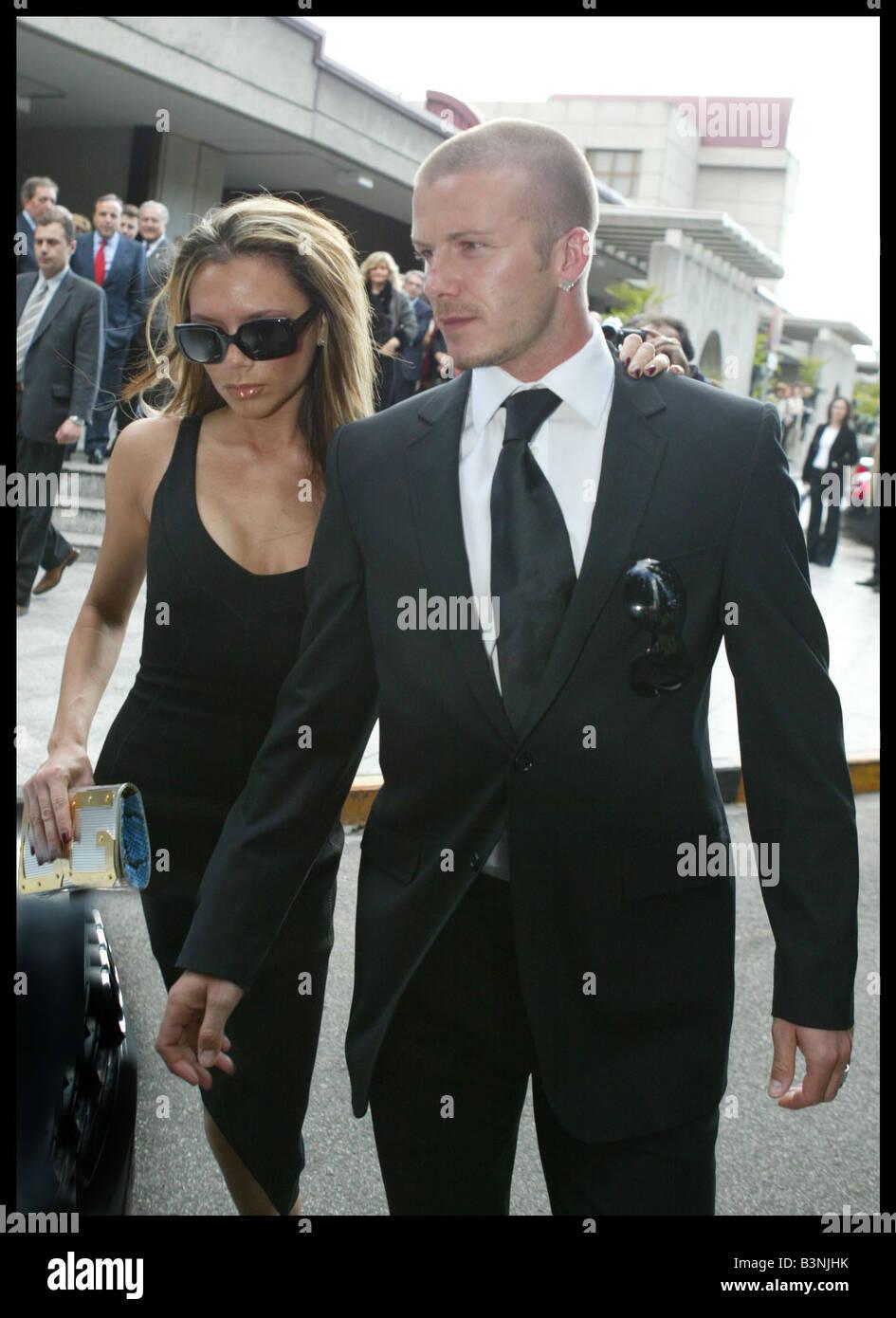 David y Victoria Beckham de abril de 2004 asistieron al funeral de la madre del presidente del Real Madrid Florentino Imagen De Stock