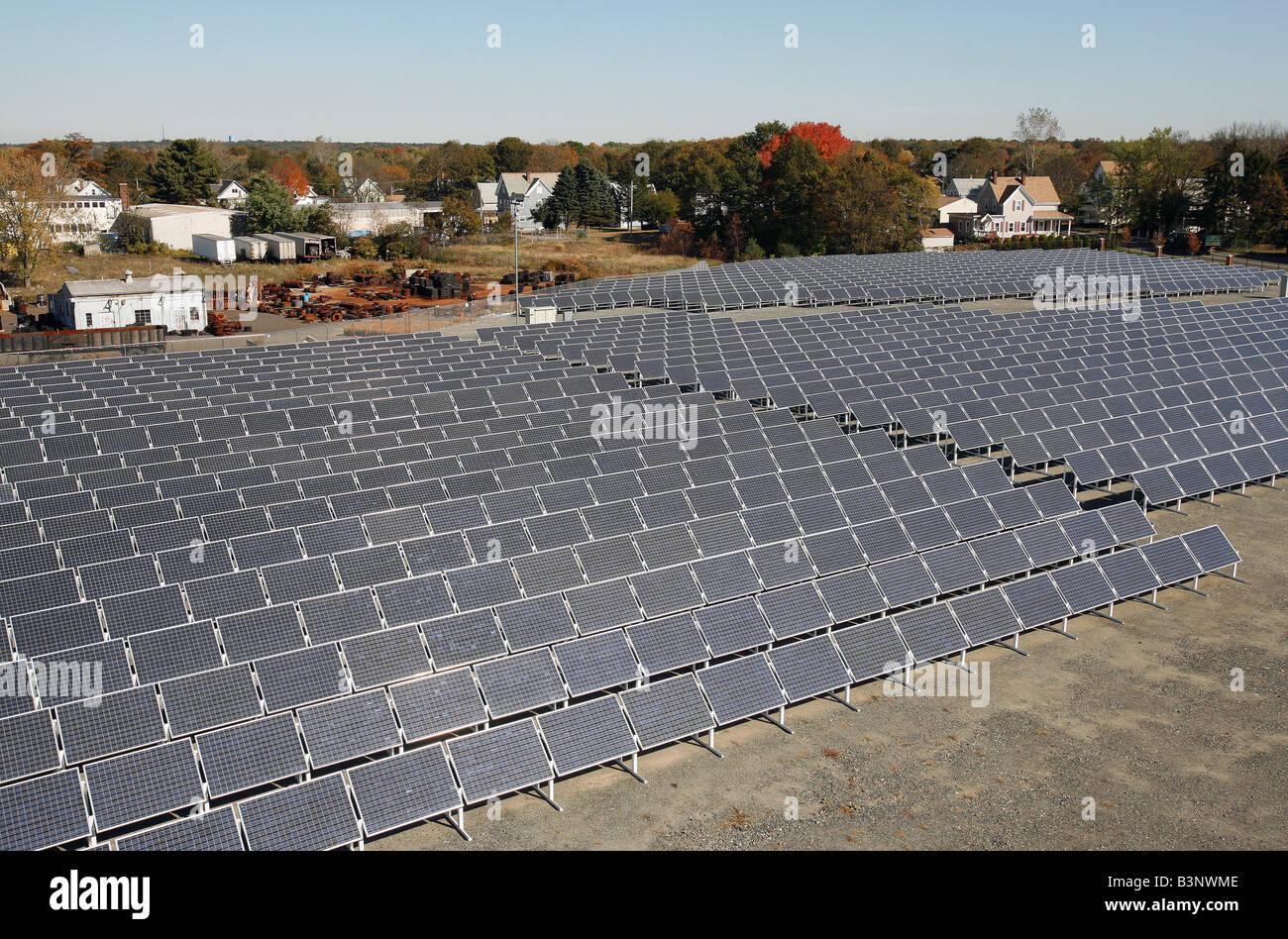Paneles solares en un solar de generación de electricidad en Brockton Massachusetts Imagen De Stock