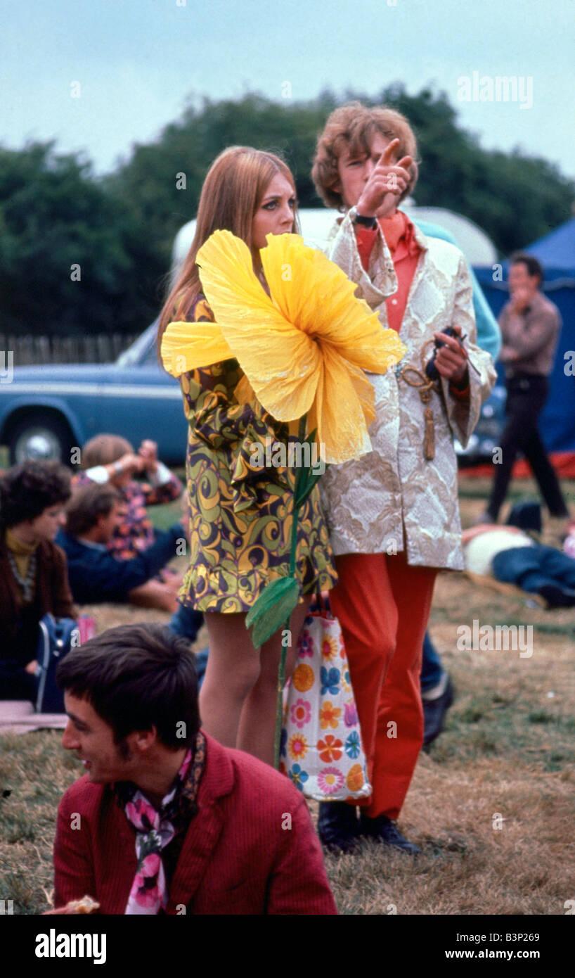 ceb6220c5daa 1960 La moda 1960 Festival de la flor niños hippies hippie con flores  amarillas grandes gigantes ropa inusual Windsor Jazz Festival 12 08 1967  CR3740 de 2 ...
