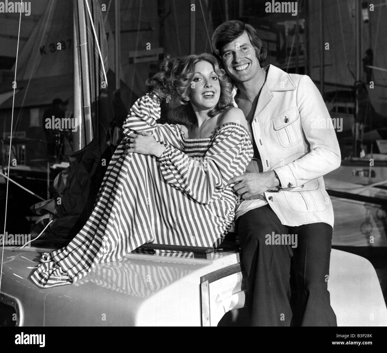 Hombre y mujer posando juntos en un barco que él está usando una chaqueta de safari lavable con pantalones Imagen De Stock
