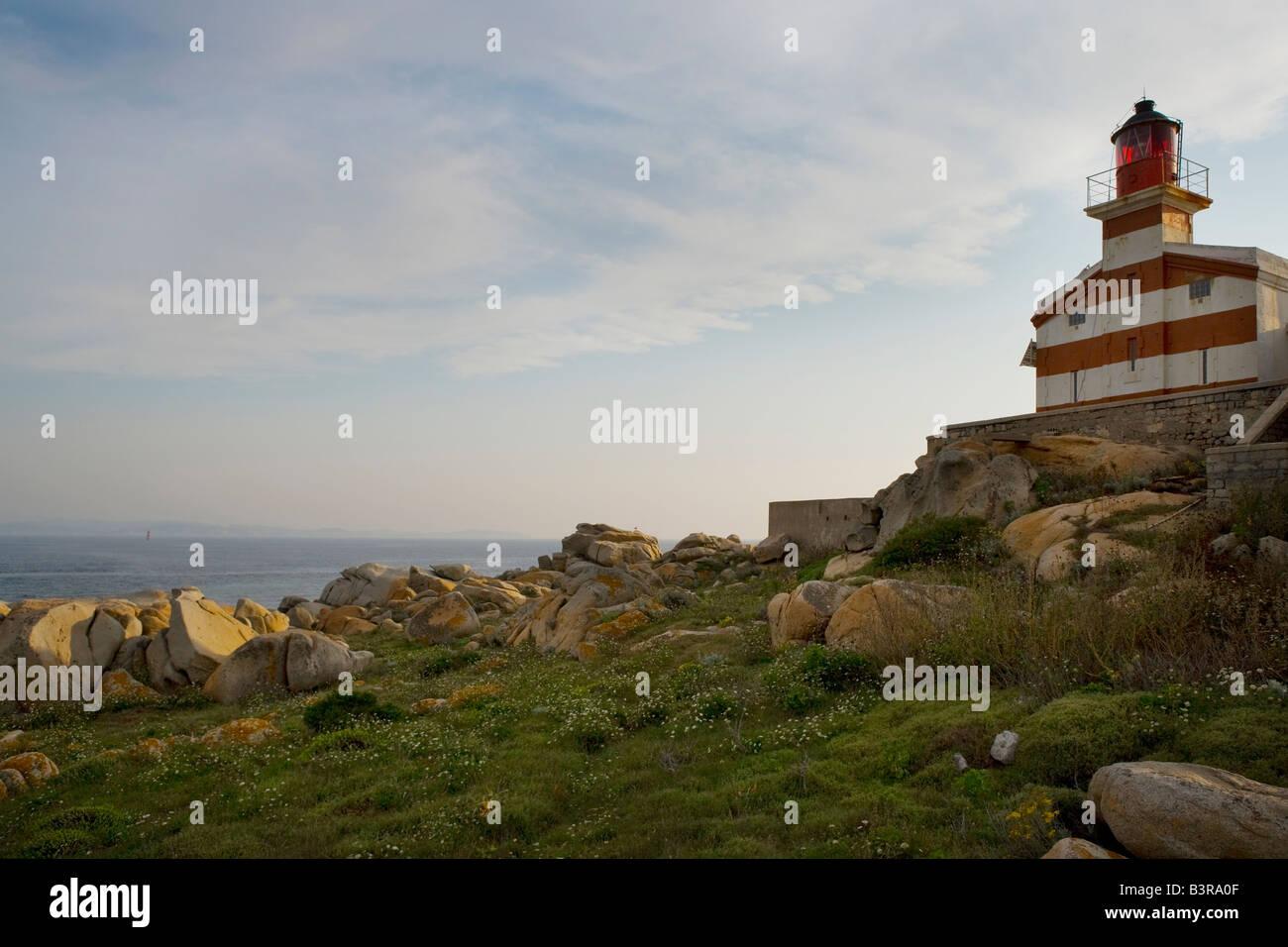 Faro de rayas rojas y blancas en el sur de Córcega Imagen De Stock