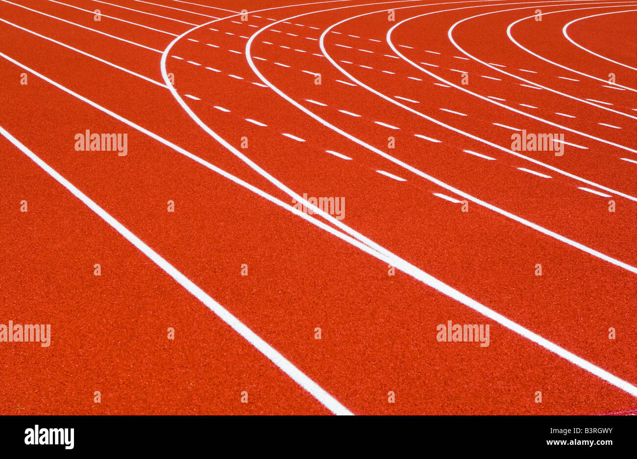 Rojo Naranja ejecutando la vía blanca con líneas rectas y curvas Lane Imagen De Stock