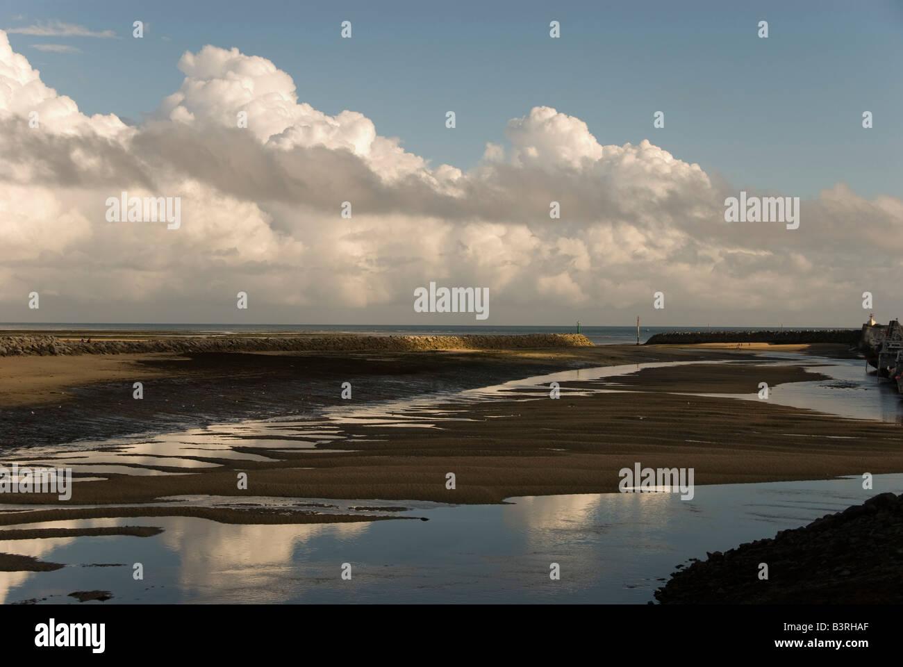 Carteret, Normandía, Francia. El puerto en marea baja, la luz del atardecer Foto de stock