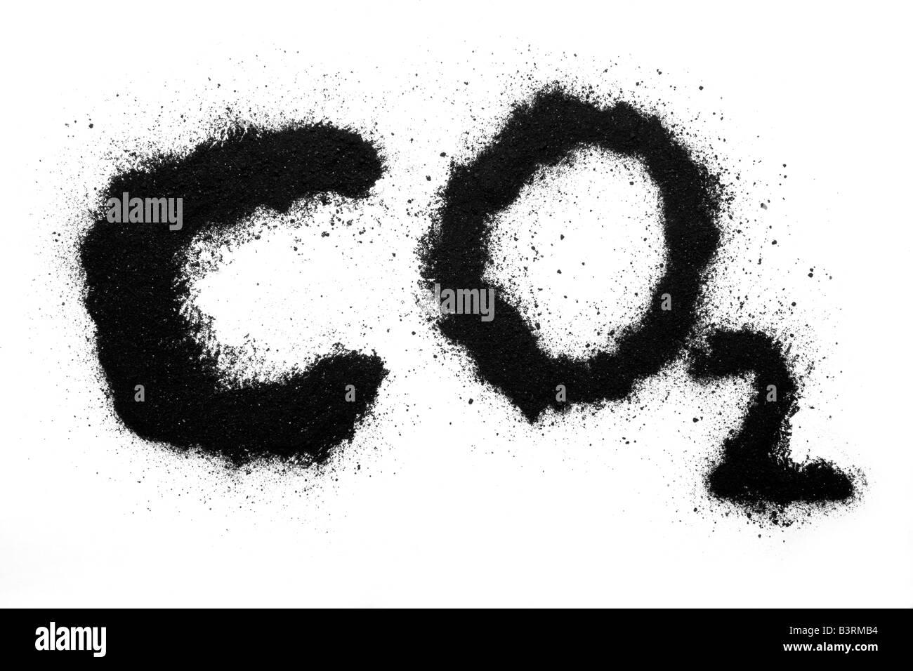 Cartas de dióxido de carbono CO2 en negro sobre papel blanco, polvo de carbón Imagen De Stock