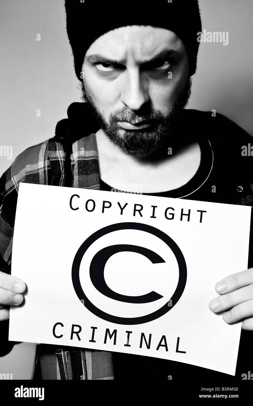 Hombre detenido por violar las leyes de copyright Foto de stock