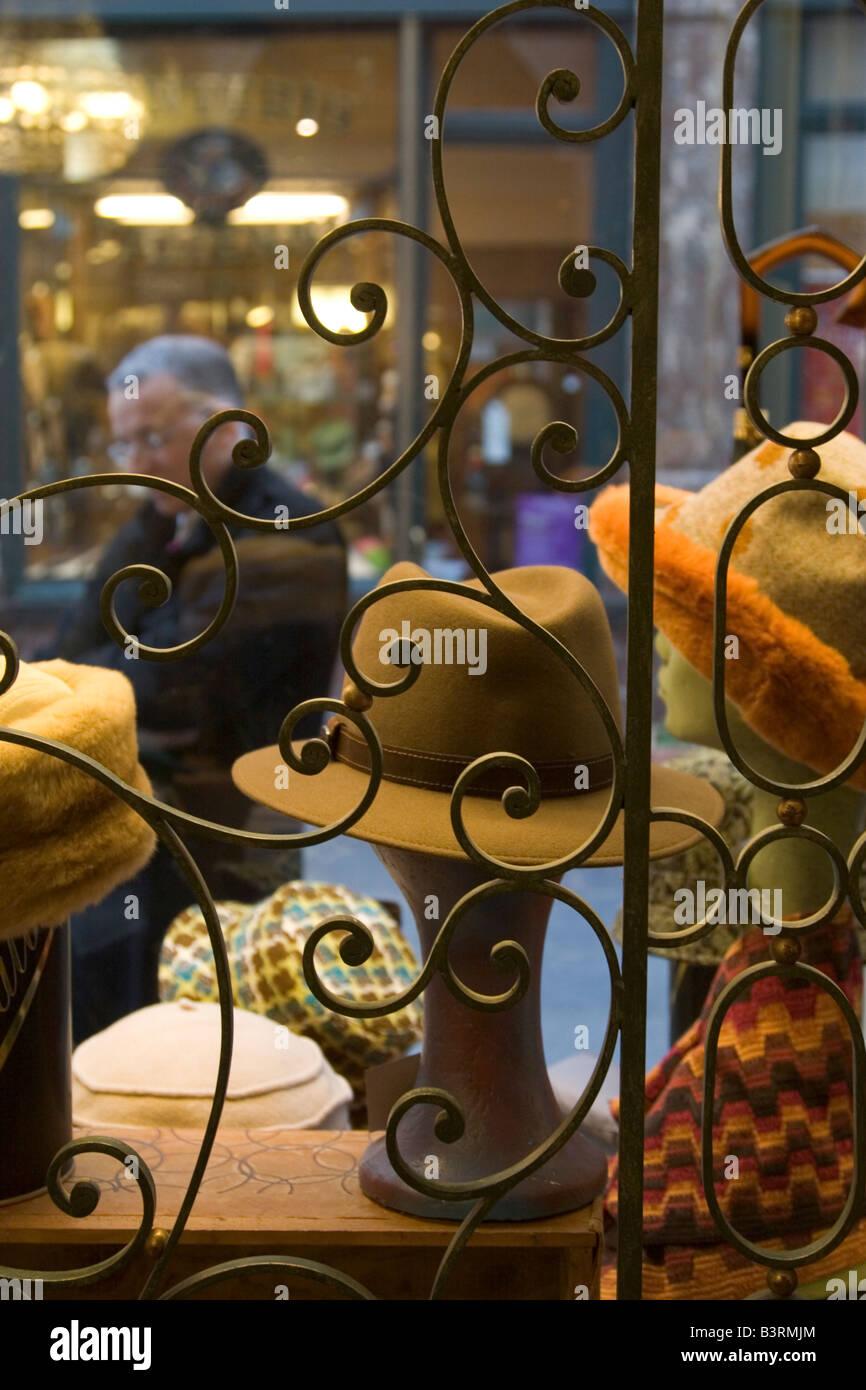 Tienda de venta de mens tradicionales guantes de cuero, sombreros y accesorios de moda en las Galeries Royales St Hubert en Bruselas Bélgica Foto de stock