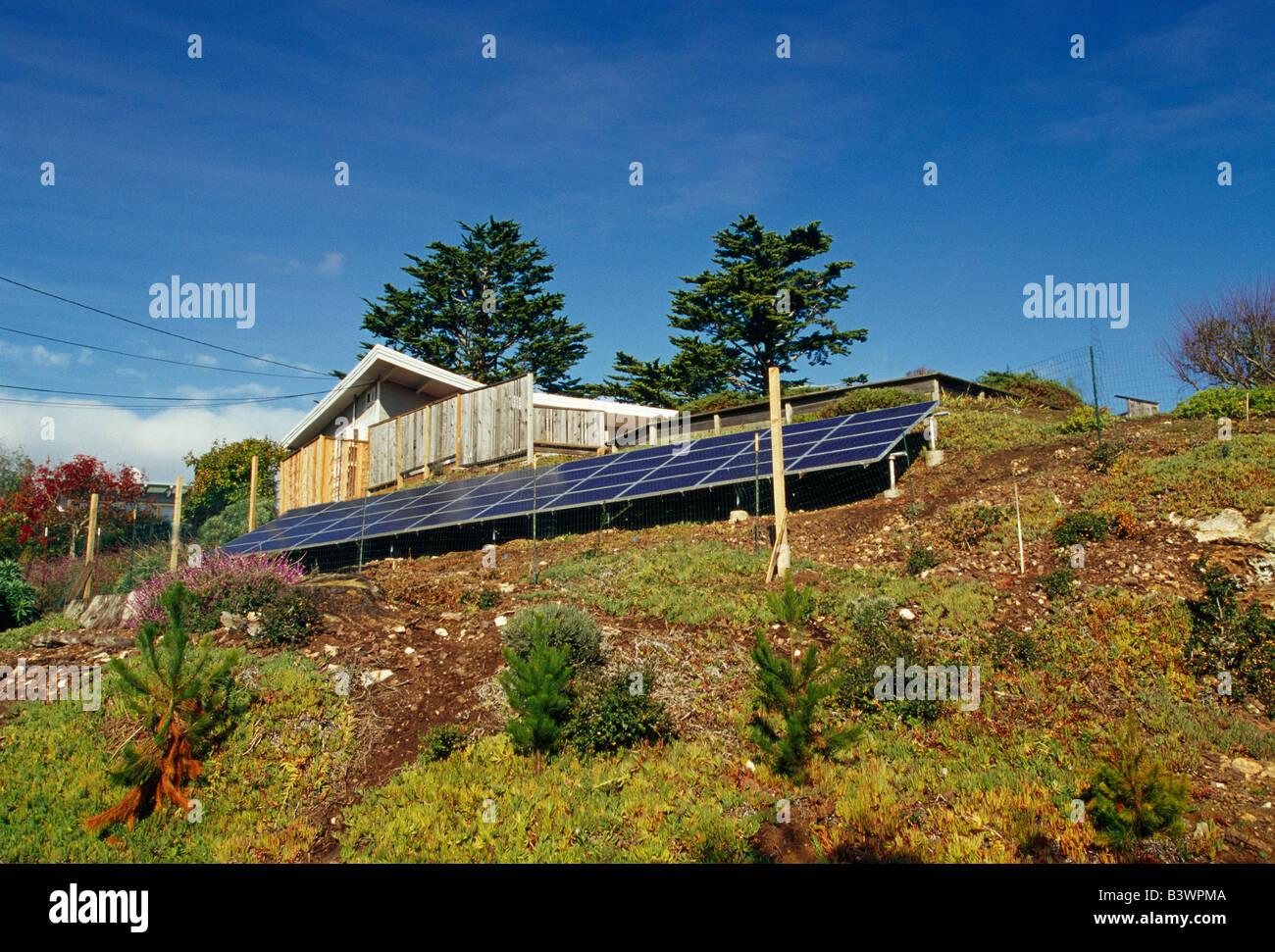 Los paneles solares operan en la residencia. Imagen De Stock