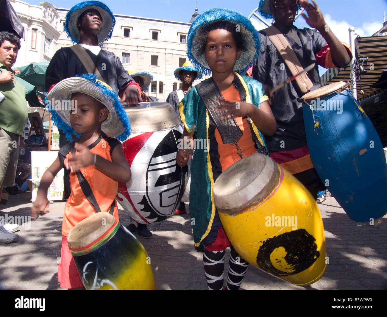 Los niños tocando los tambores en una fiesta tradicional, Montevideo, Uruguay Imagen De Stock