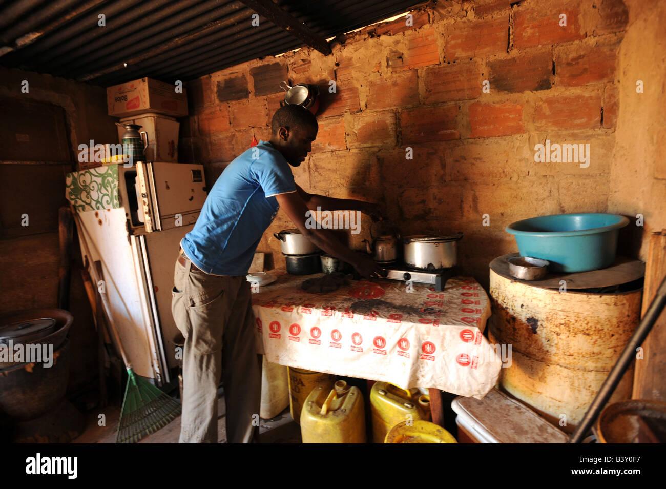José Zingovo 21 que es VIH-positiva en su casa en el distrito de Mavalane Maputo Imagen De Stock