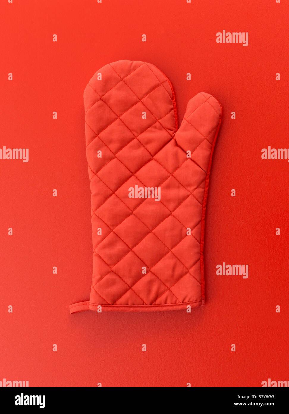Manopla roja sobre fondo rojo. Imagen De Stock