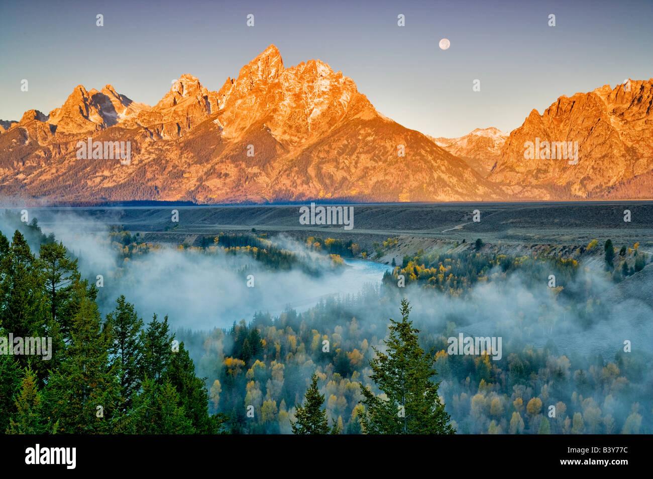 Luna llena con la caída de niebla color Snake River y Teton Mountains parque nacional Grand Teton WY Imagen De Stock