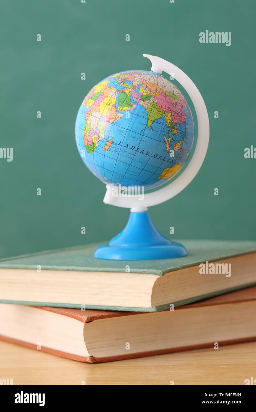 La educación escolar bodegón con Globe en la pila de libros Imagen De Stock
