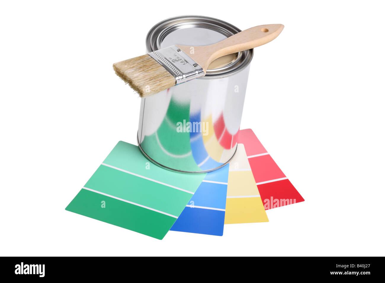 Lata de pintura pincel y muestras de color recorte aislado sobre fondo blanco. Imagen De Stock