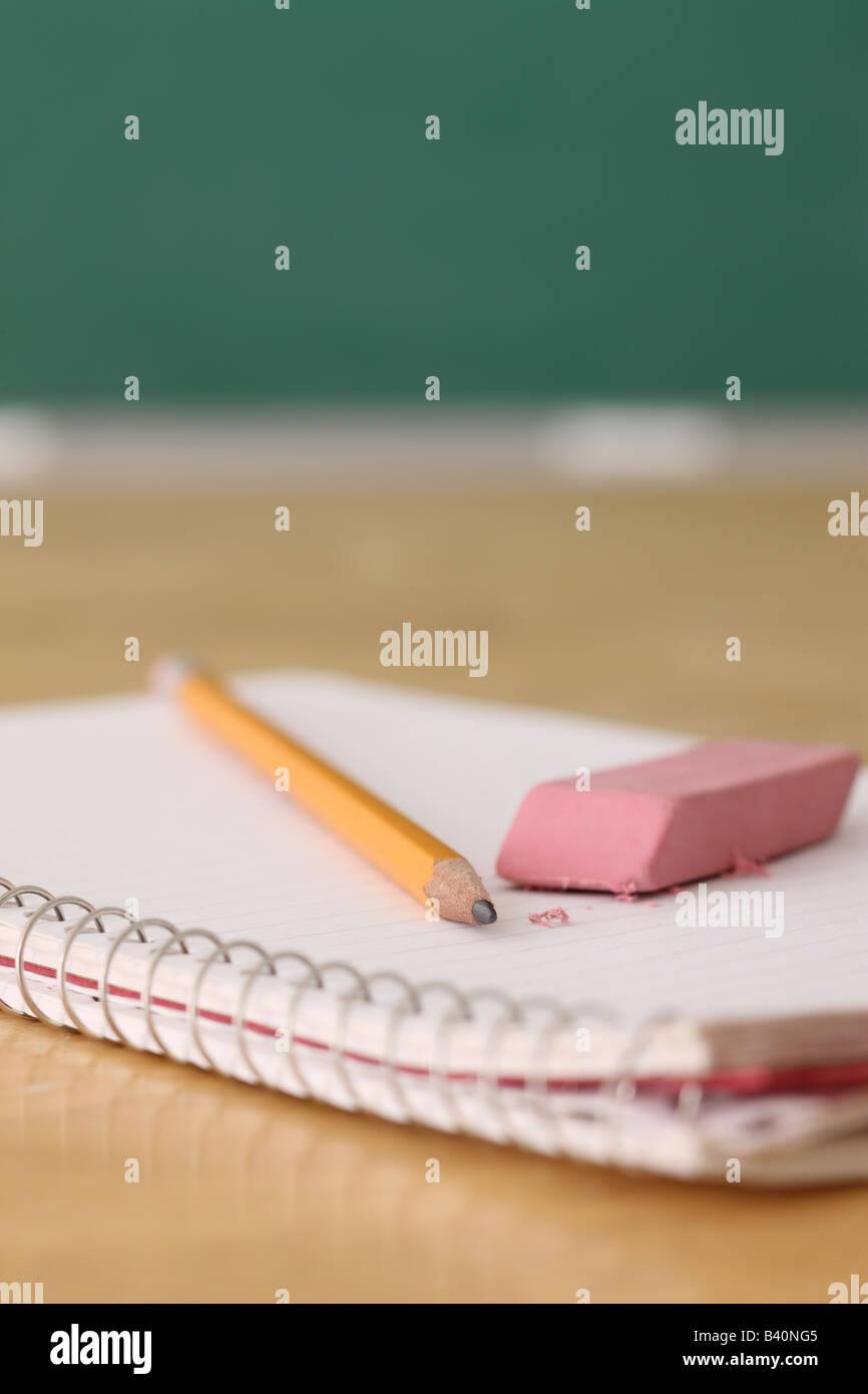 La educación escolar sigue la vida de lápiz y borrador en portátiles Imagen De Stock
