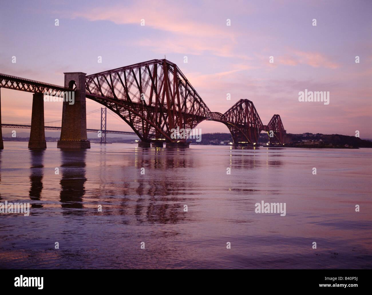 dh Railway Bridge Scotland FORTH BRIDGE FIRTH OF FORTH Scottish Ingeniería victoriana Cantilever puentes de acero tren Lothian puesta de sol Foto de stock