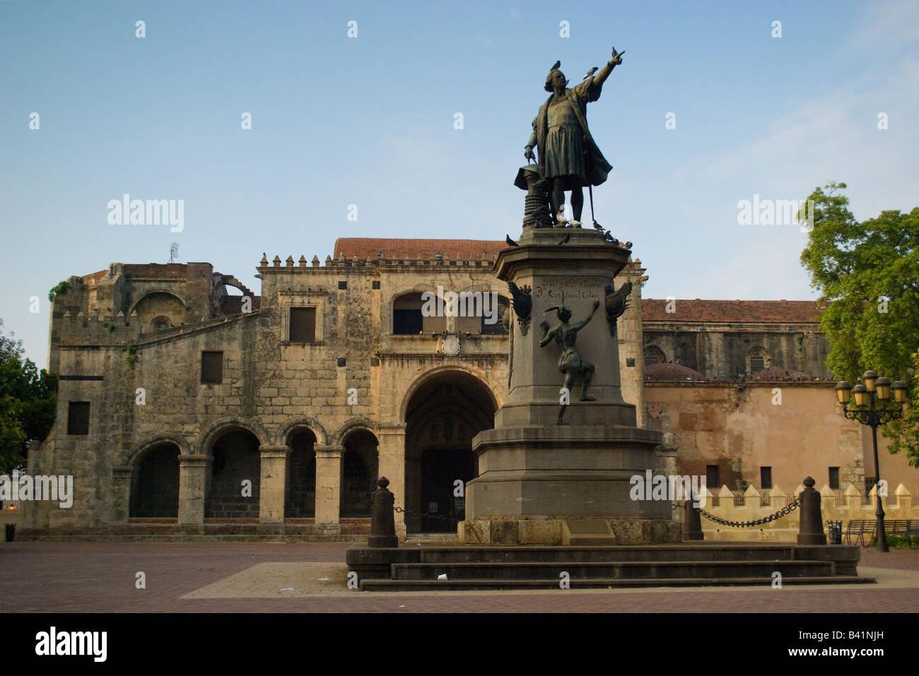 El monumento del Almirante Cristóbal Colón en la Plaza Colón en la Ciudad Colonial, Santo Domingo, Imagen De Stock