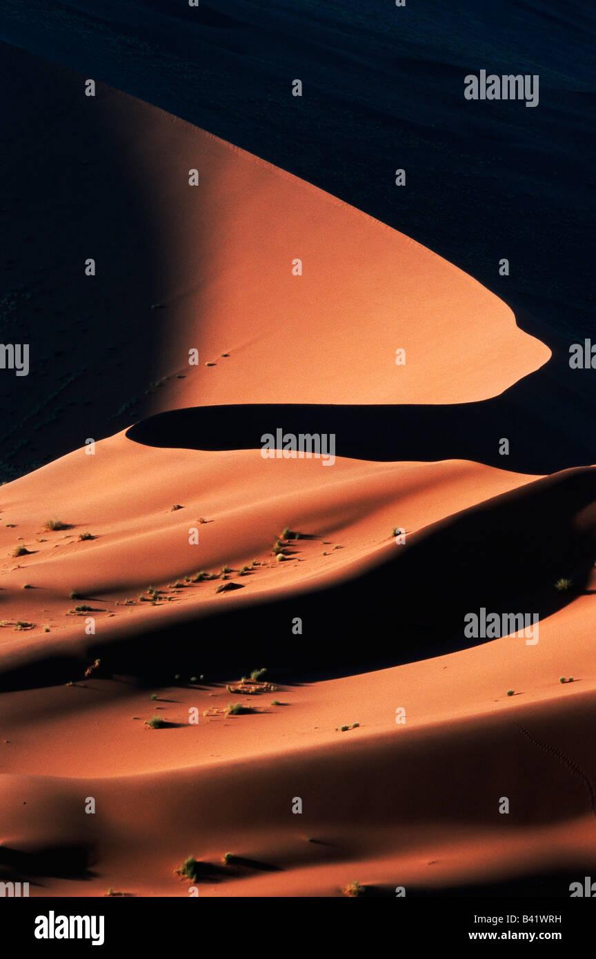 Dunas de arena en la última luz de Namib Naukluft Sossusvlei Parque Nacional Namibia África Imagen De Stock
