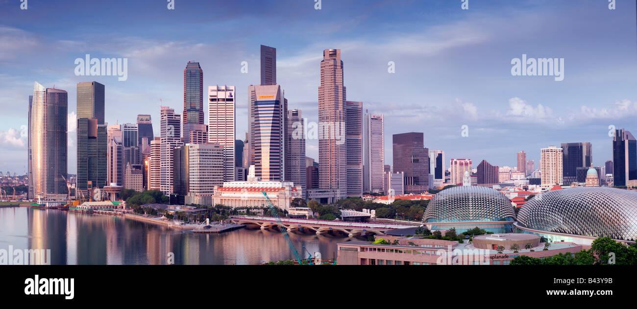 Horizonte de Singapur ve al amanecer Imagen De Stock