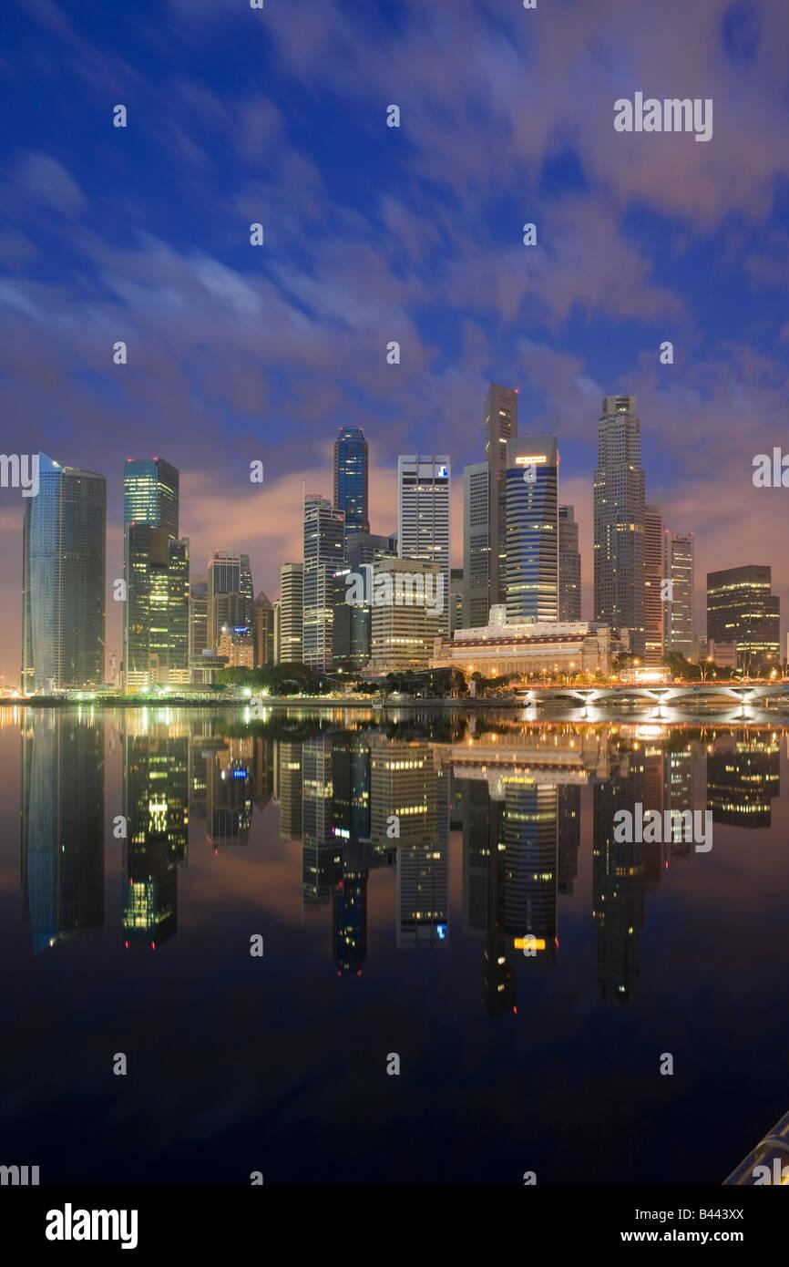 Asia Singapur Skyline del distrito financiero al atardecer Imagen De Stock