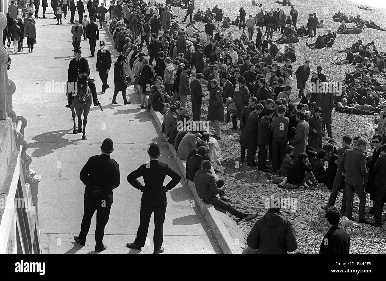 La cultura juvenil Mod Mods movidos sesentas colecciones de abril de 1965 Mods en el paseo marítimo de Brighton Imagen De Stock