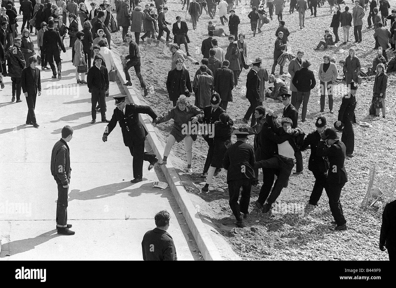 La cultura juvenil Mod Mods Swinging 60 de abril de 1965 Recopilación de mods en el paseo marítimo de Imagen De Stock