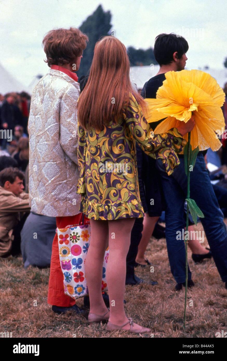 27d28ebf247a Festival de la flor niños hippies hippie con flores amarillas grandes  gigantes Windsor Jazz Festival en