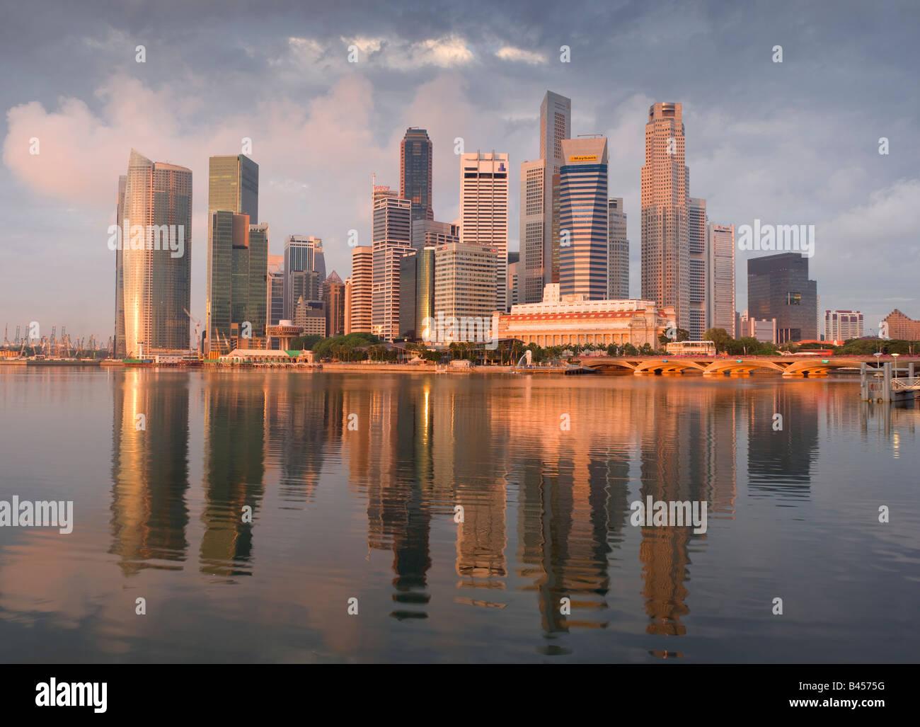 Asia Singapur Singapur Skyline del distrito financiero al amanecer. Imagen De Stock