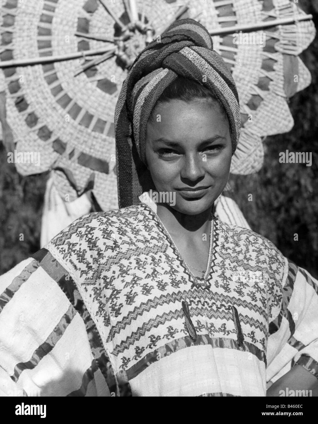 Moda Traje Modelo Con Vestido De China Poblana 1960