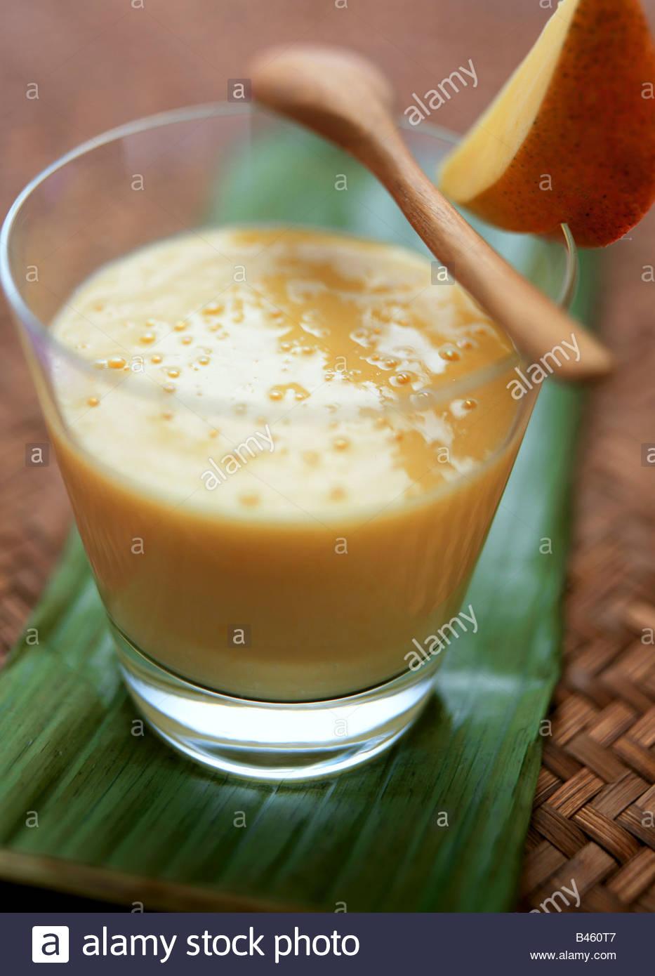 Mango lassi (Indian mango y yogur bebida) Imagen De Stock