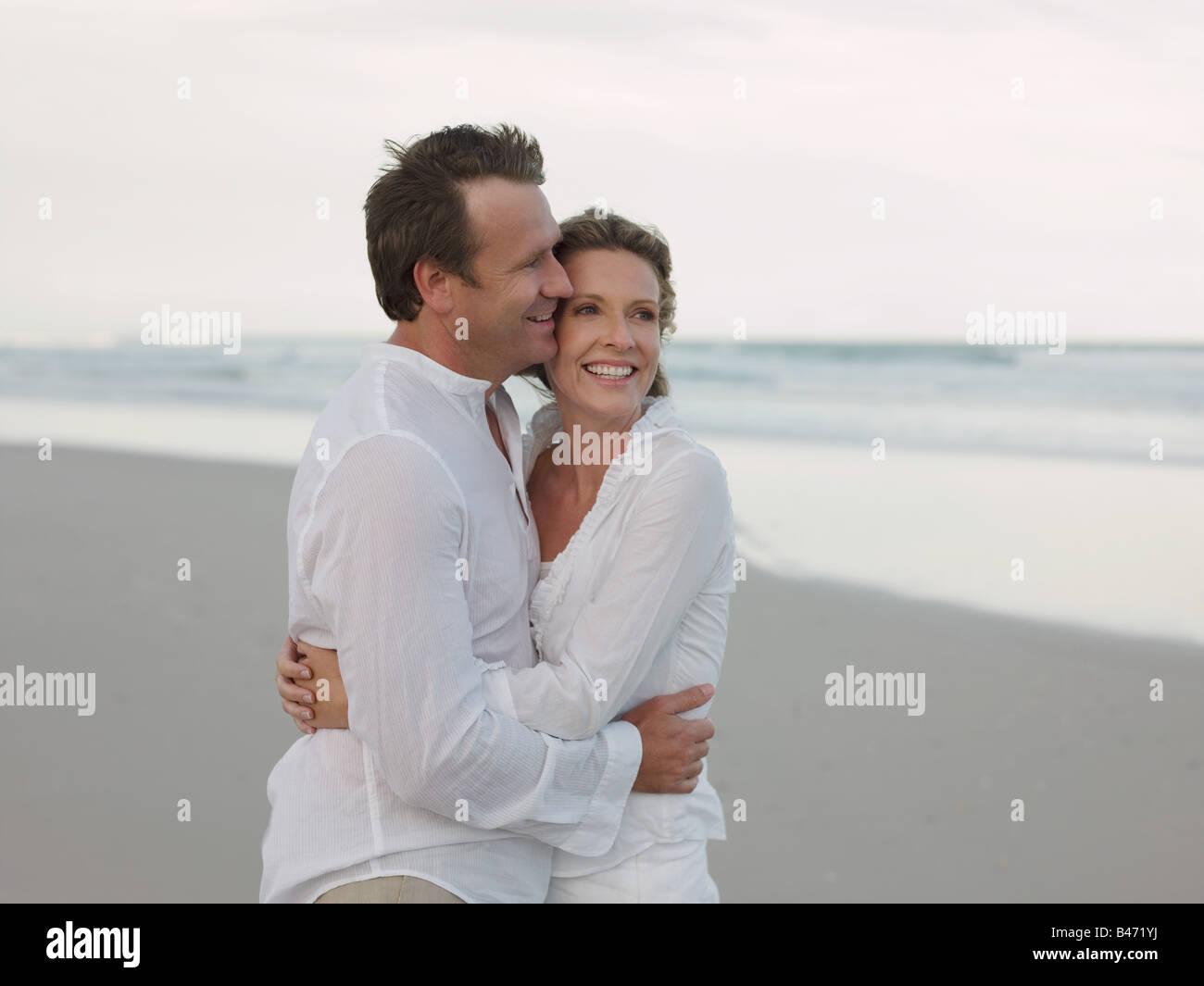 Par abrazar por mar Foto de stock