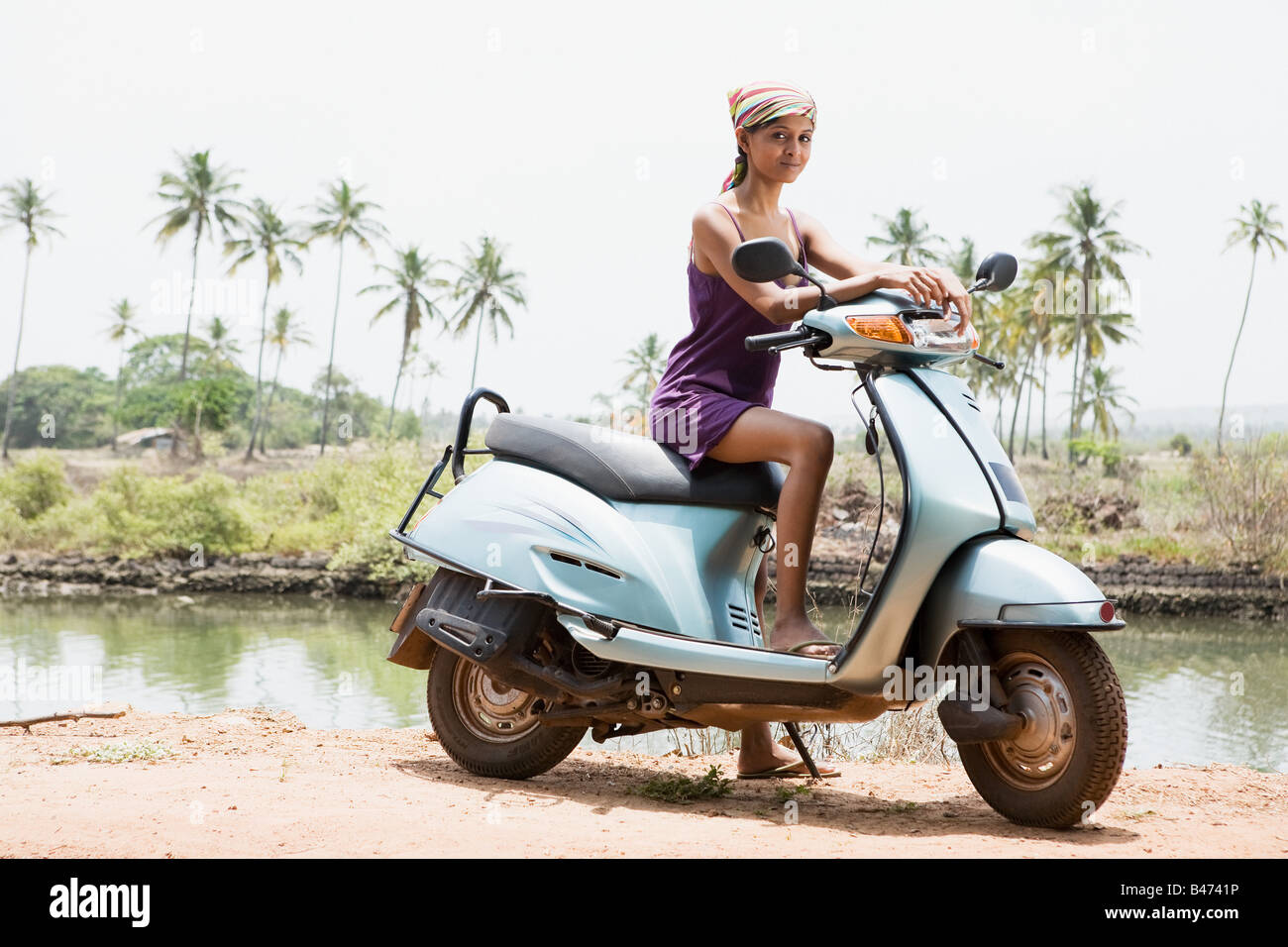 Mujer joven en ciclomotor Imagen De Stock