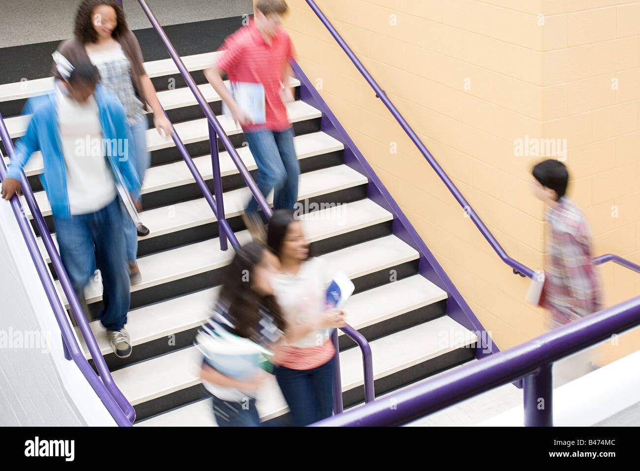 Los estudiantes de secundaria en las escaleras Imagen De Stock