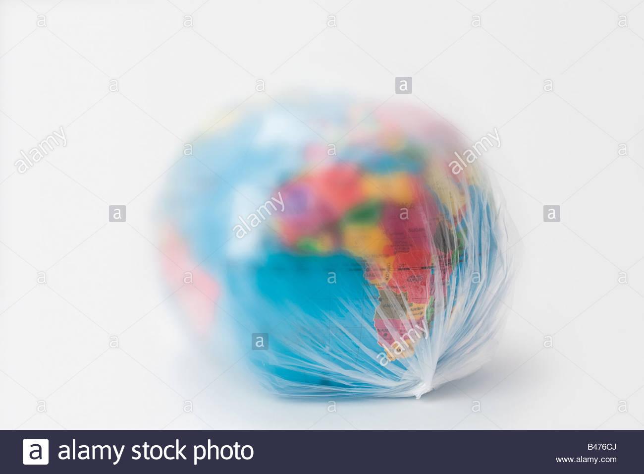 Una bolsa plástica que cubre el planeta tierra Imagen De Stock