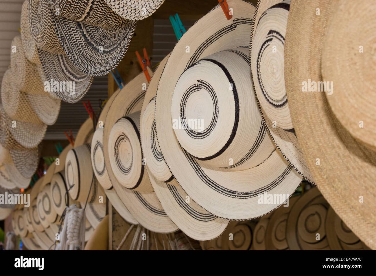 069c293d3739a Finos sombreros de Panamá para la venta en el mercado público de Penonomé.  Imagen De