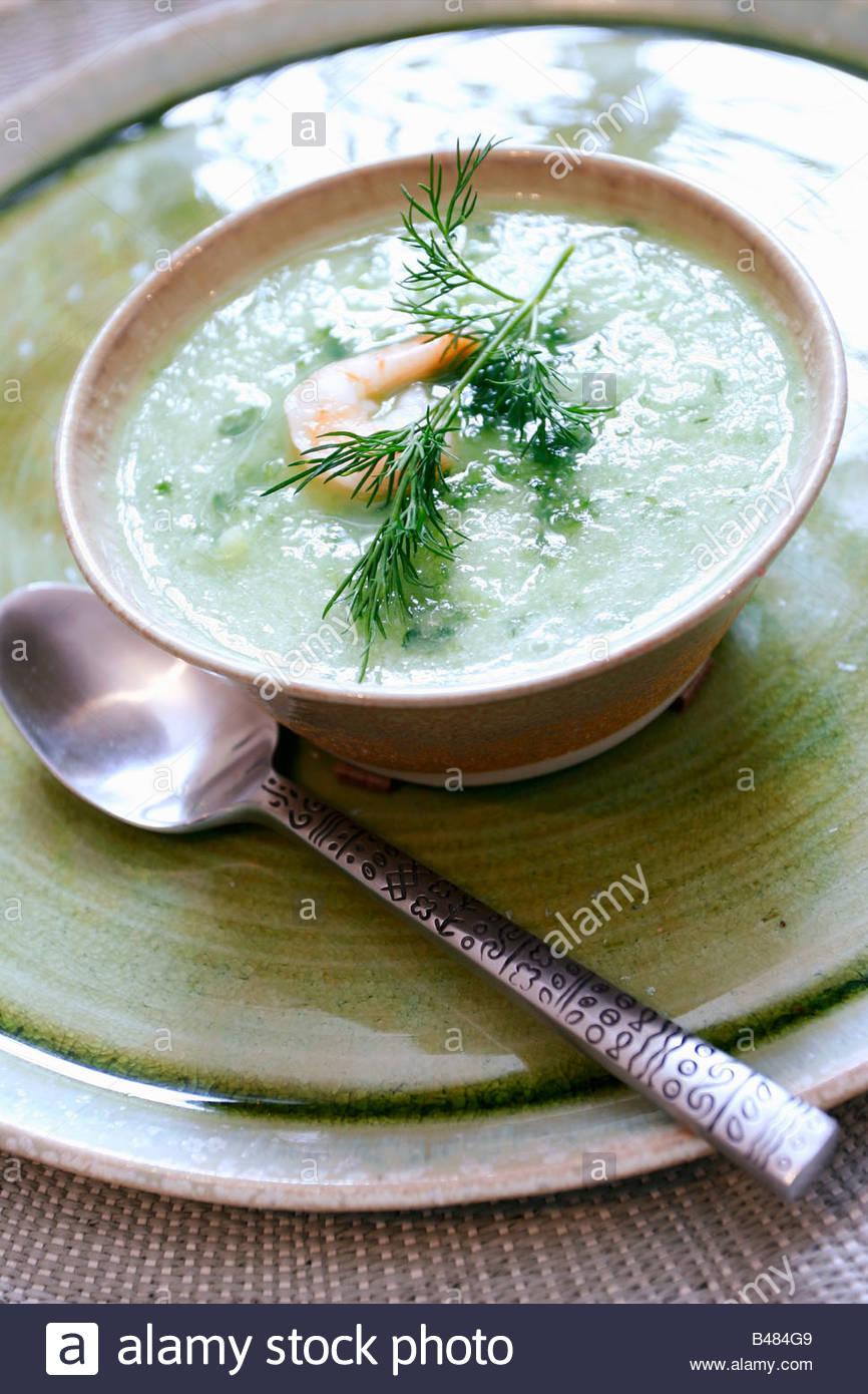 Pepino sopa fría con camarones Imagen De Stock