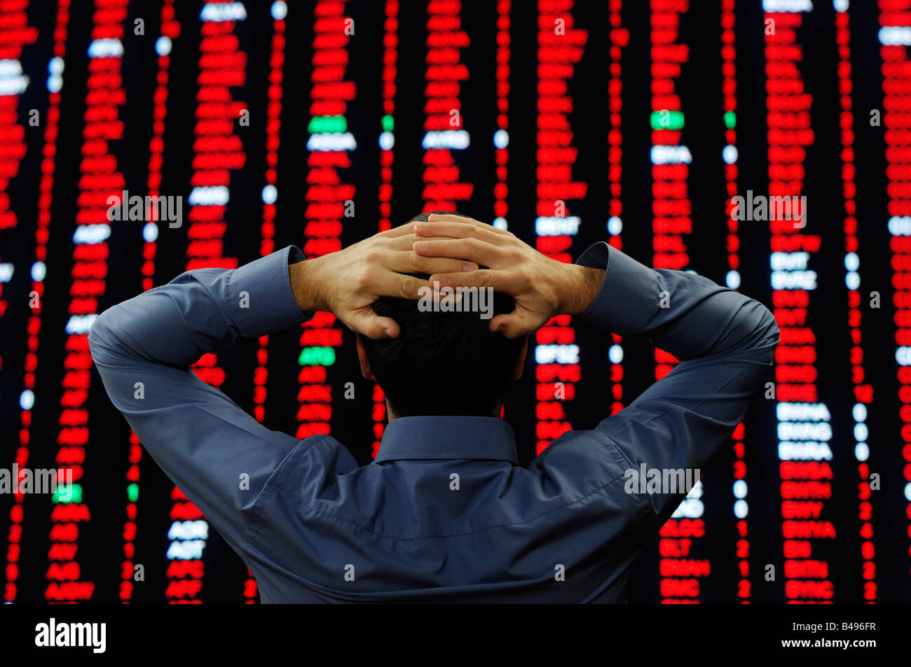 Stock Trader se paró delante de una gran pantalla de cotizaciones Imagen De Stock