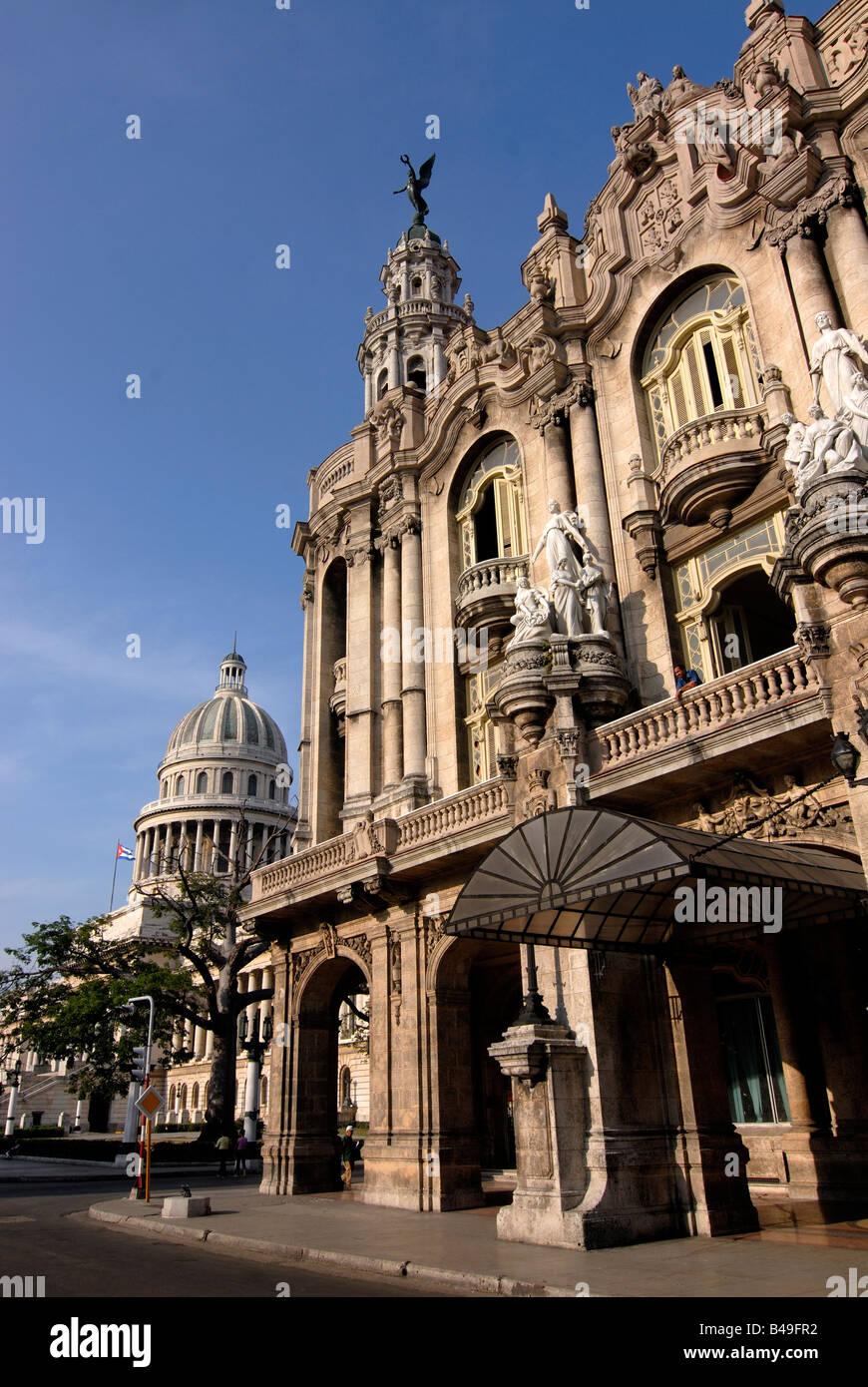 El antiguo teatro de La Habana en el fondo el capitolio Cuba Imagen De Stock