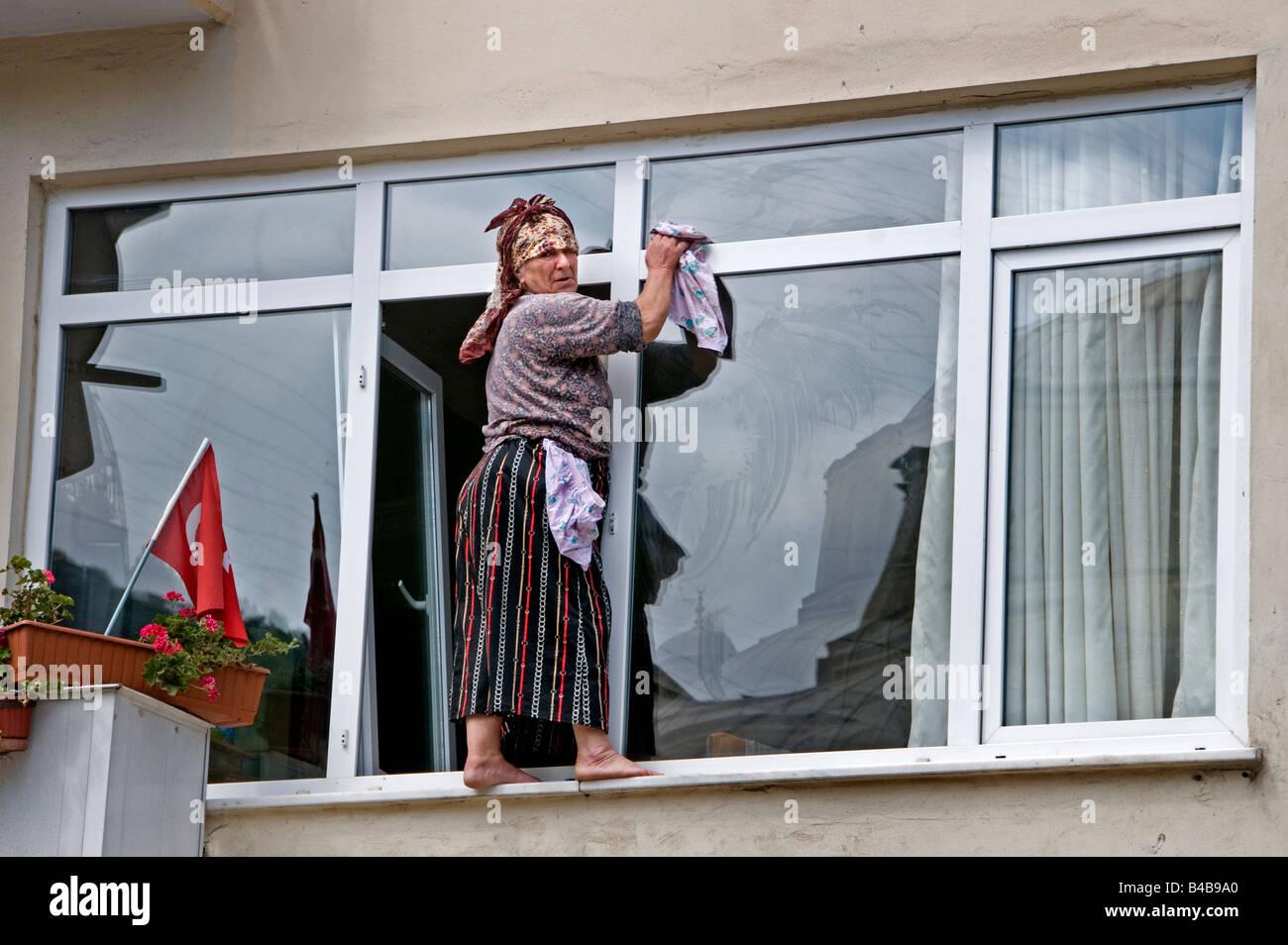 Mujer de la limpieza Istinye limpiadores de ventanas ventana peligrosa, peligrosa, arriesgada, peligrosos Foto de stock
