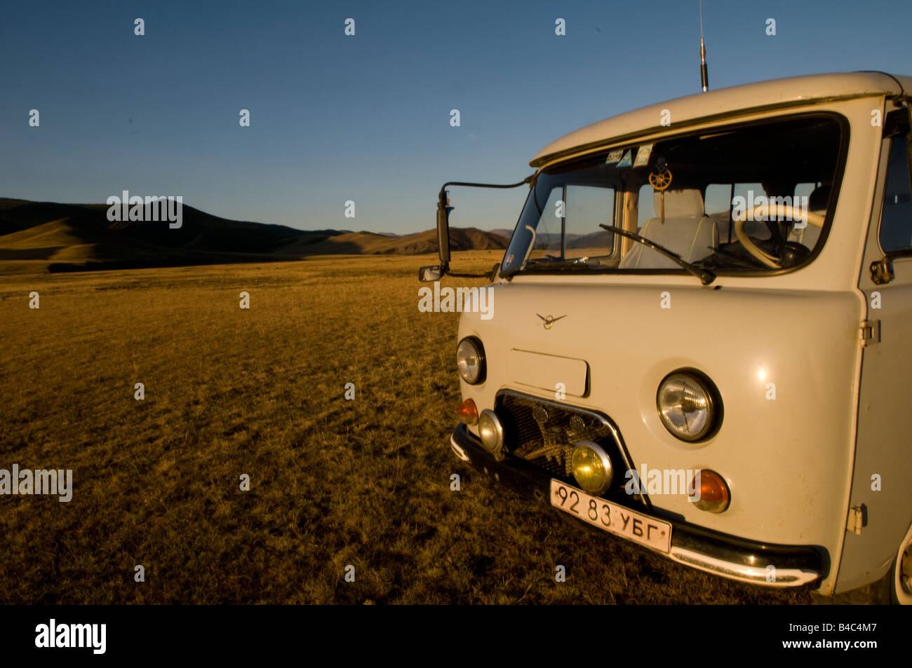 Una federación de Furgon 4*4 coches en las praderas de Mongolia Foto de stock