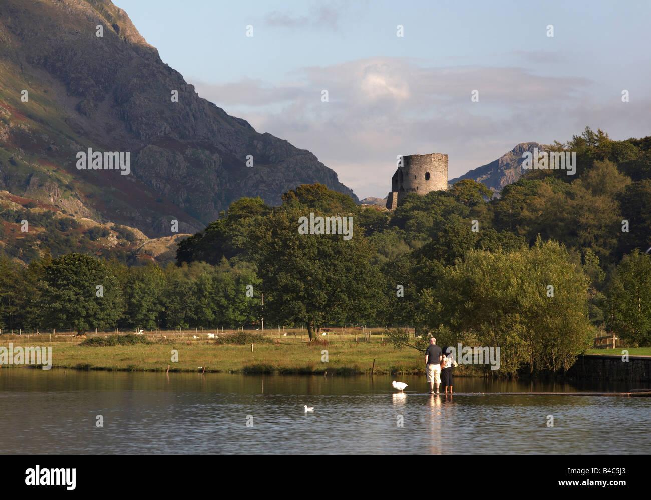 A lo largo de Llyn Padarn Castillo Dolbadarn, Snowdonia, Gales Foto de stock