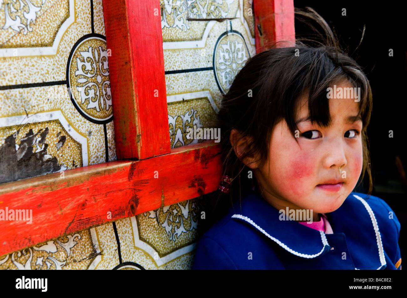 Una linda chica de Mongolia se encuentra junto a su familia Ger mongol tradicional ( inicio ) Imagen De Stock
