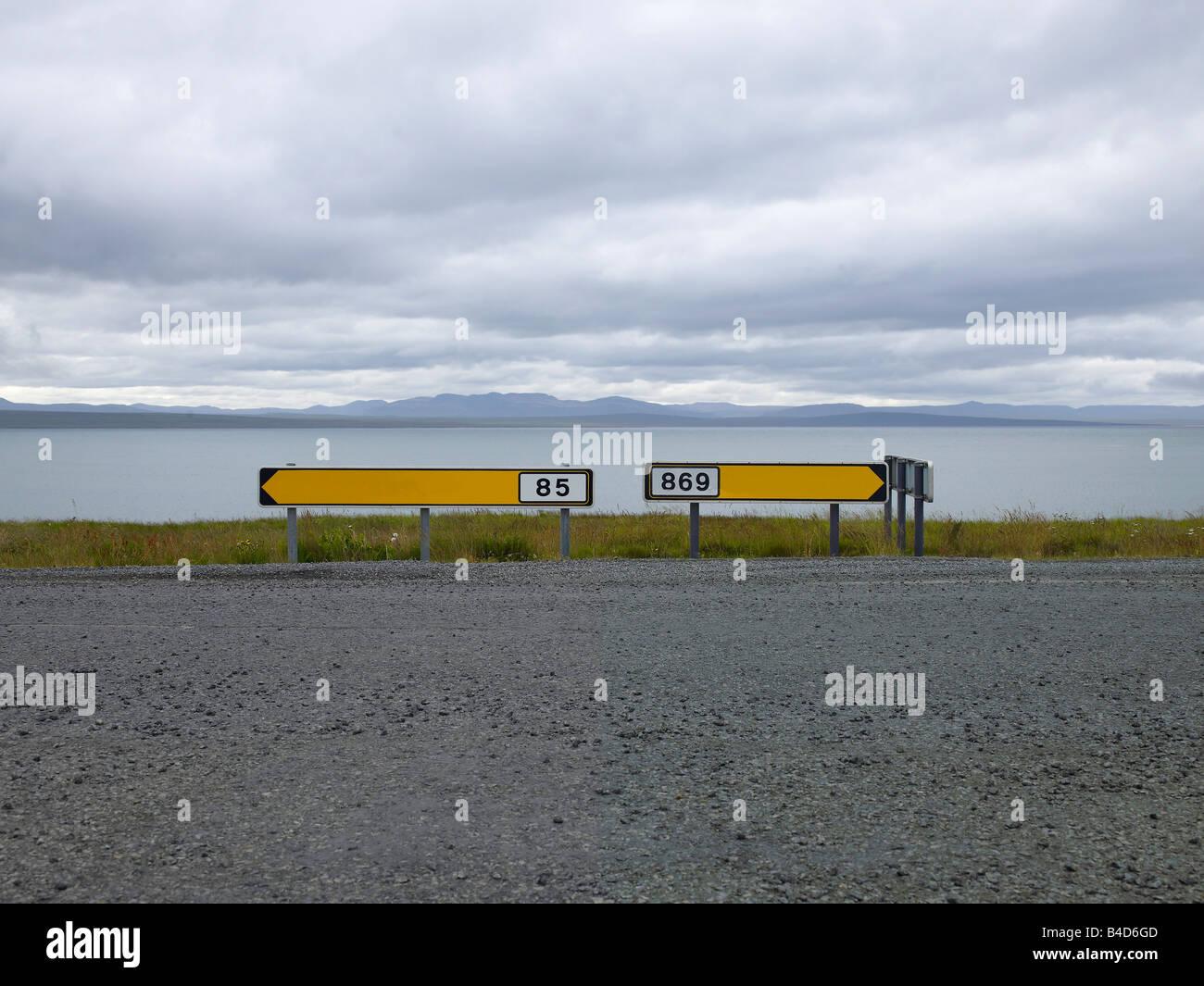 Las señales de la carretera, el este de Islandia Imagen De Stock