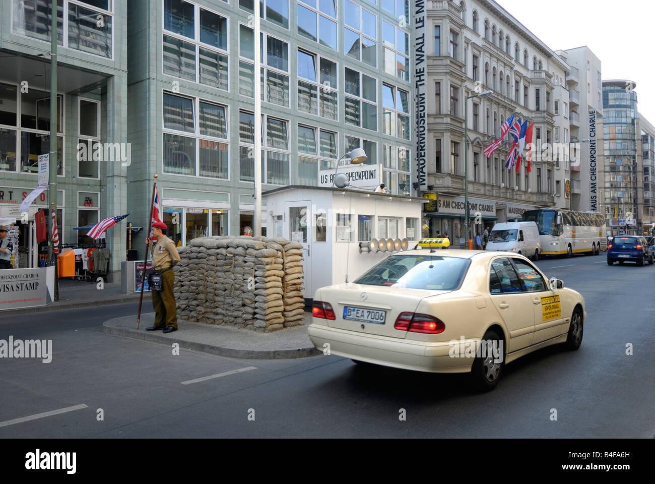Checkpoint Charlie punto de cruce entre Berlín oriental y occidental durante la guerra fría, Alemania Imagen De Stock
