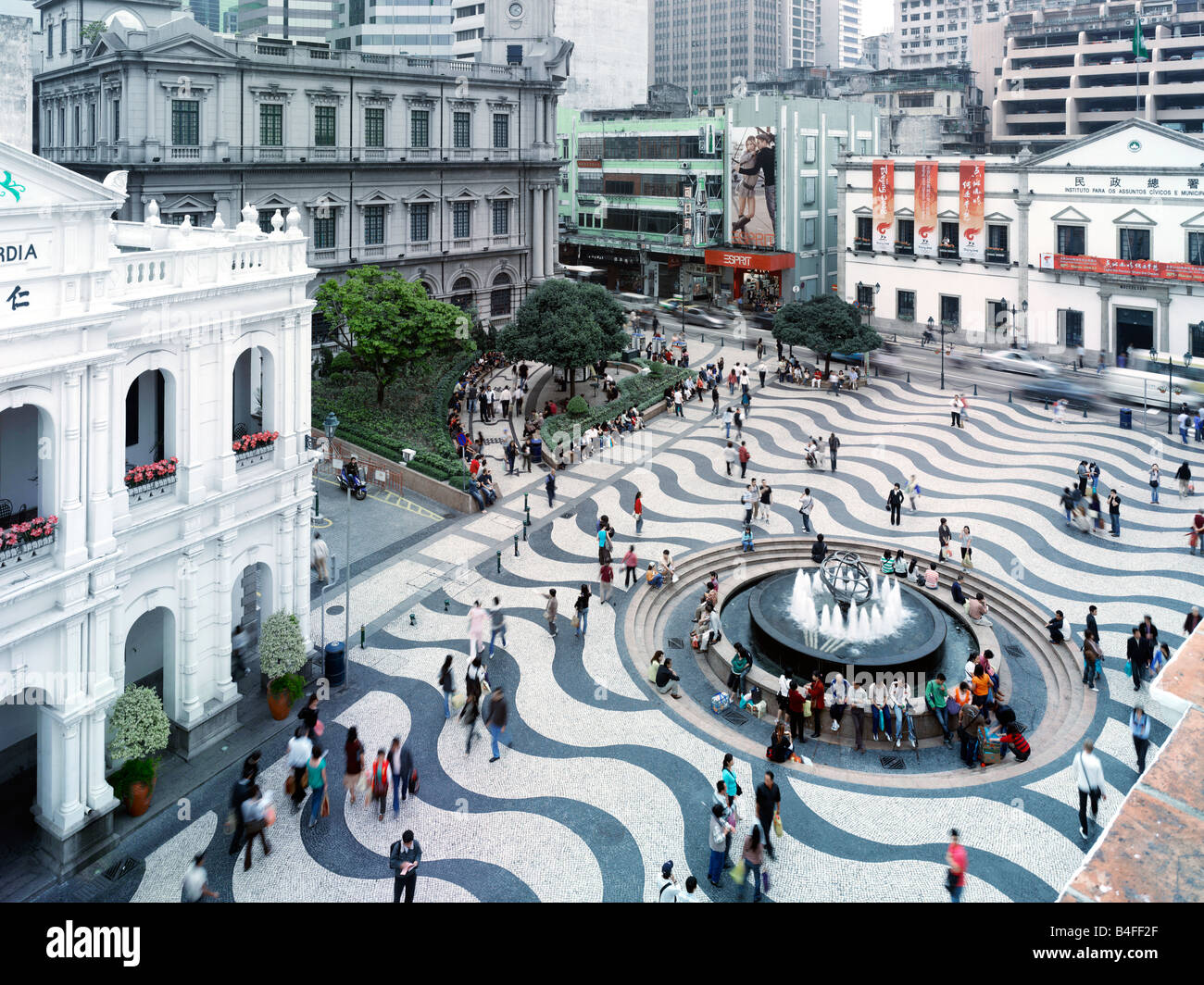 El Largo do Senado (Plaza del Senado) mirando el Leal Senado, ubicado en el centro de Macau. Imagen De Stock