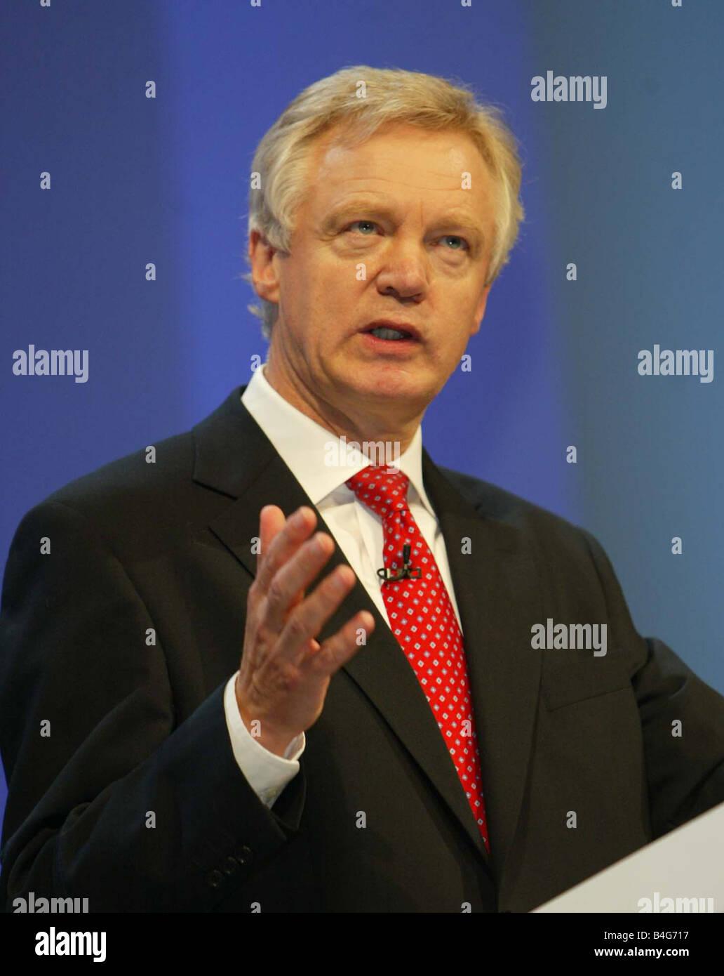 2005 dirigentes del partido tory contendiente David Davis, visto aquí entregando su liderazgo oferta de voz y tratando de mirar a la dura Foto de stock