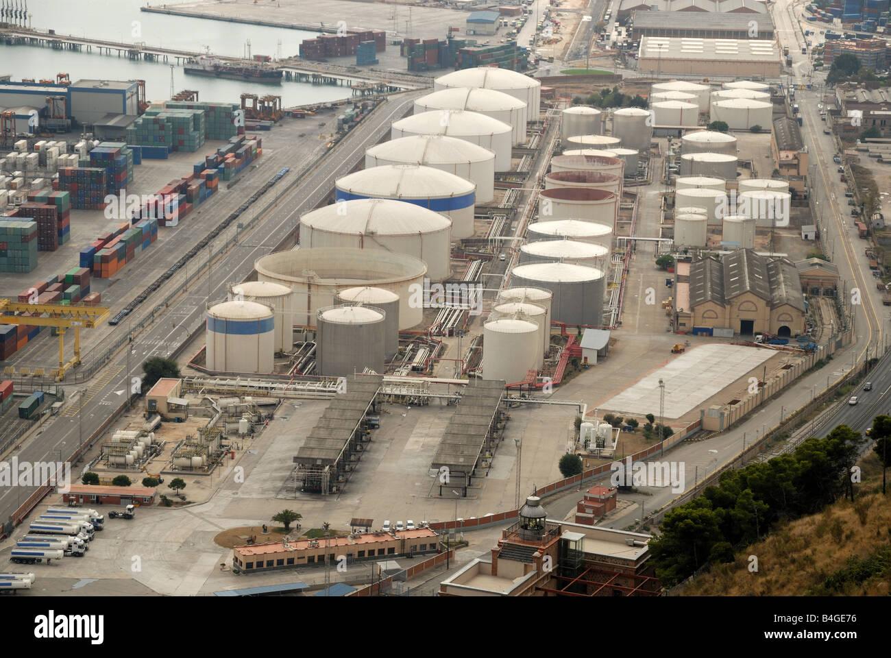 Almacenamiento en el puerto industrial Foto de stock