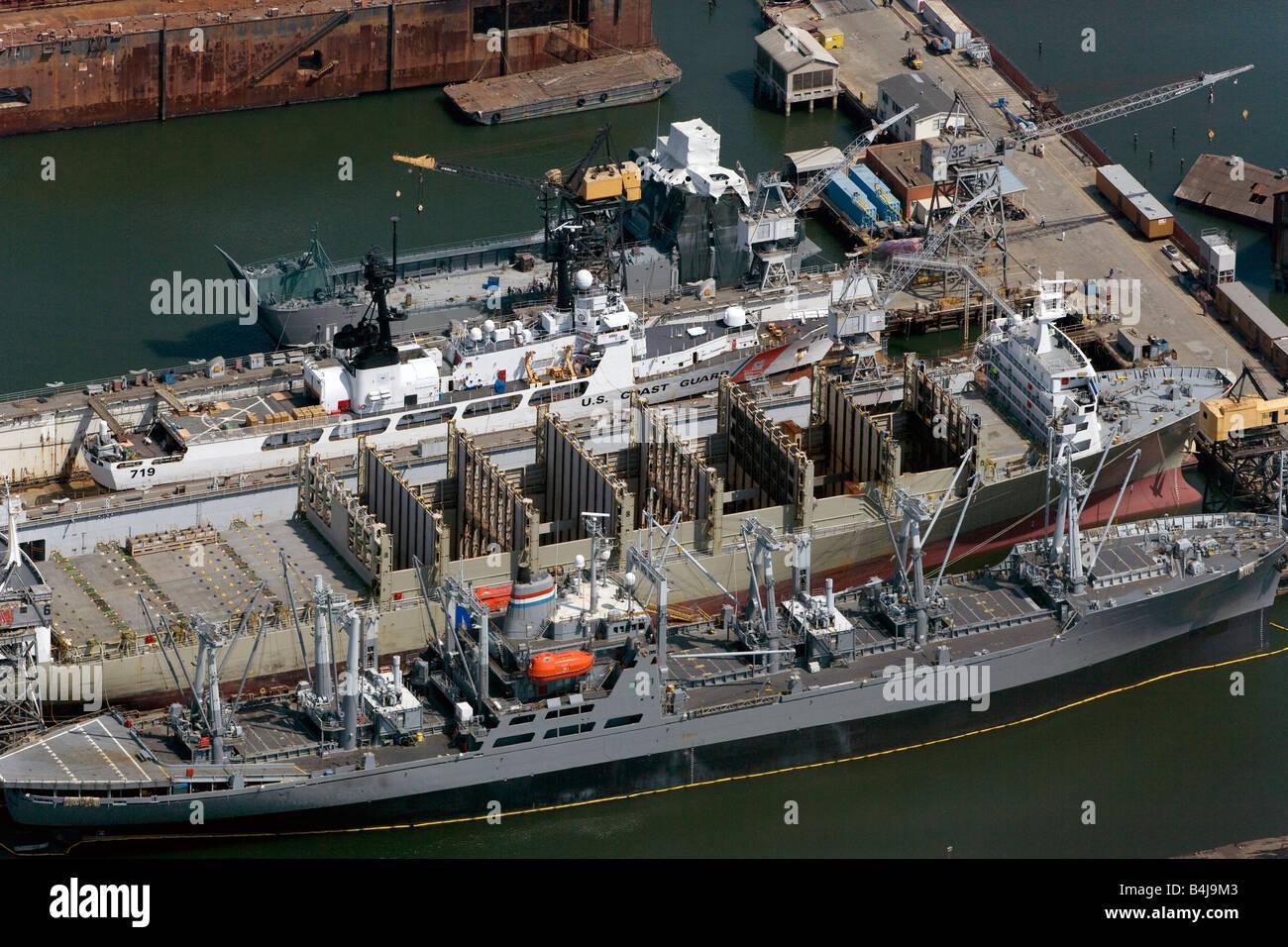 Por encima de la antena de San Francisco pier US Coast Guard buques de la Marina Mercante Foto de stock