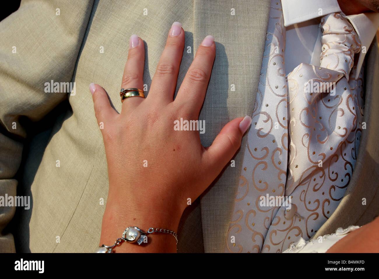 b5c5c548b Las novias de los novios con la mano en el pecho Foto   Imagen De ...